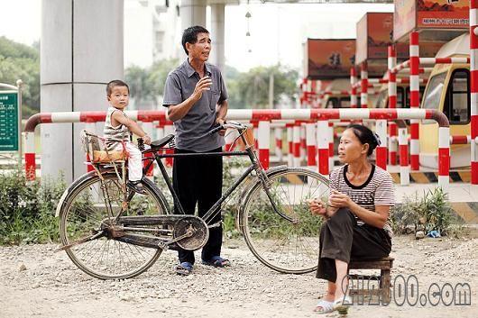 自行车拦路的中年