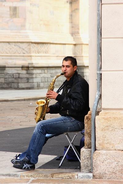 吹萨克斯管的男子