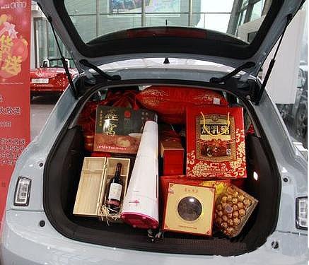吕城   爱车车型:奥迪a1   后备箱照片: 已经贴喽,那天很赶,手机里就