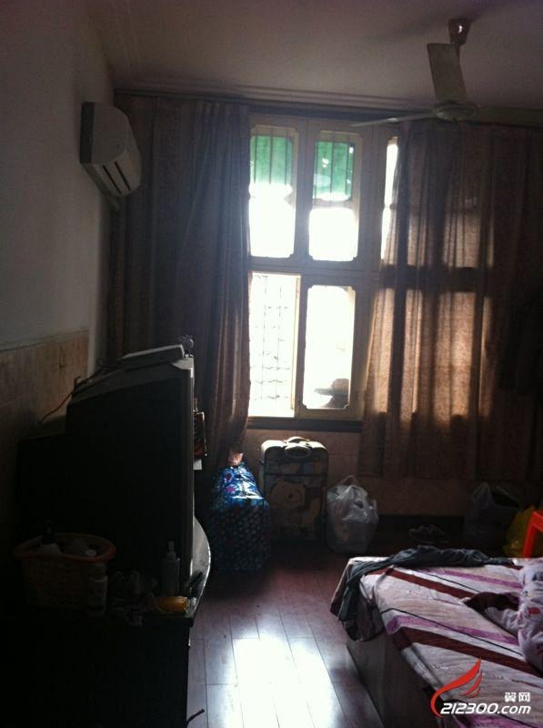 大房间里有大床,数字电视,空调,整体衣柜,桌子等房租是360,