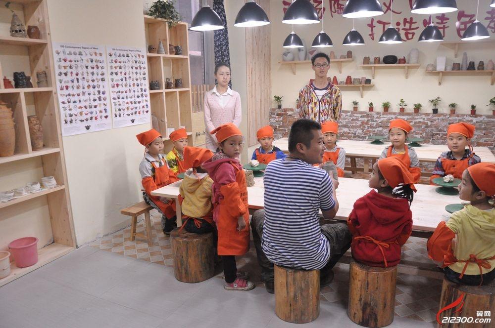 市领导参观丹阳好孩子幼儿园童画今天美术培训基地陶艺坊,绘画室