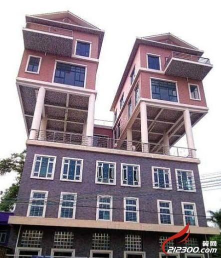 3层楼顶10余根柱子撑起2幢别墅