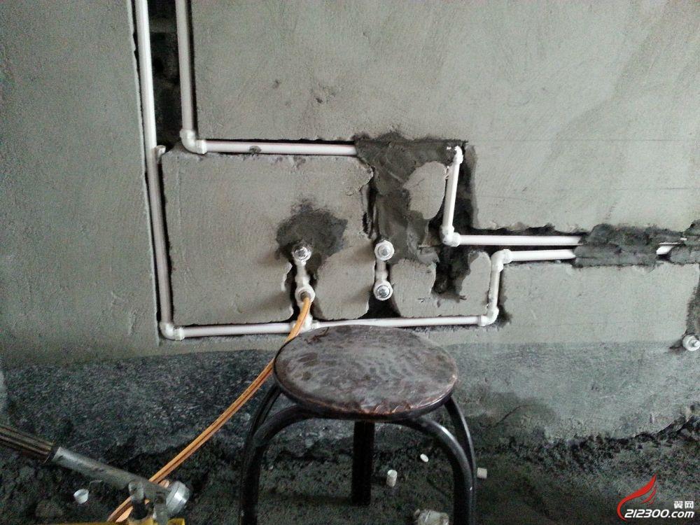 马桶水管连接图,正在加压测试水管连接后是否存在
