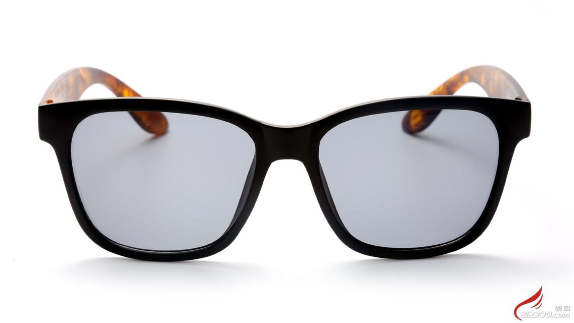 正面眼镜素描头像