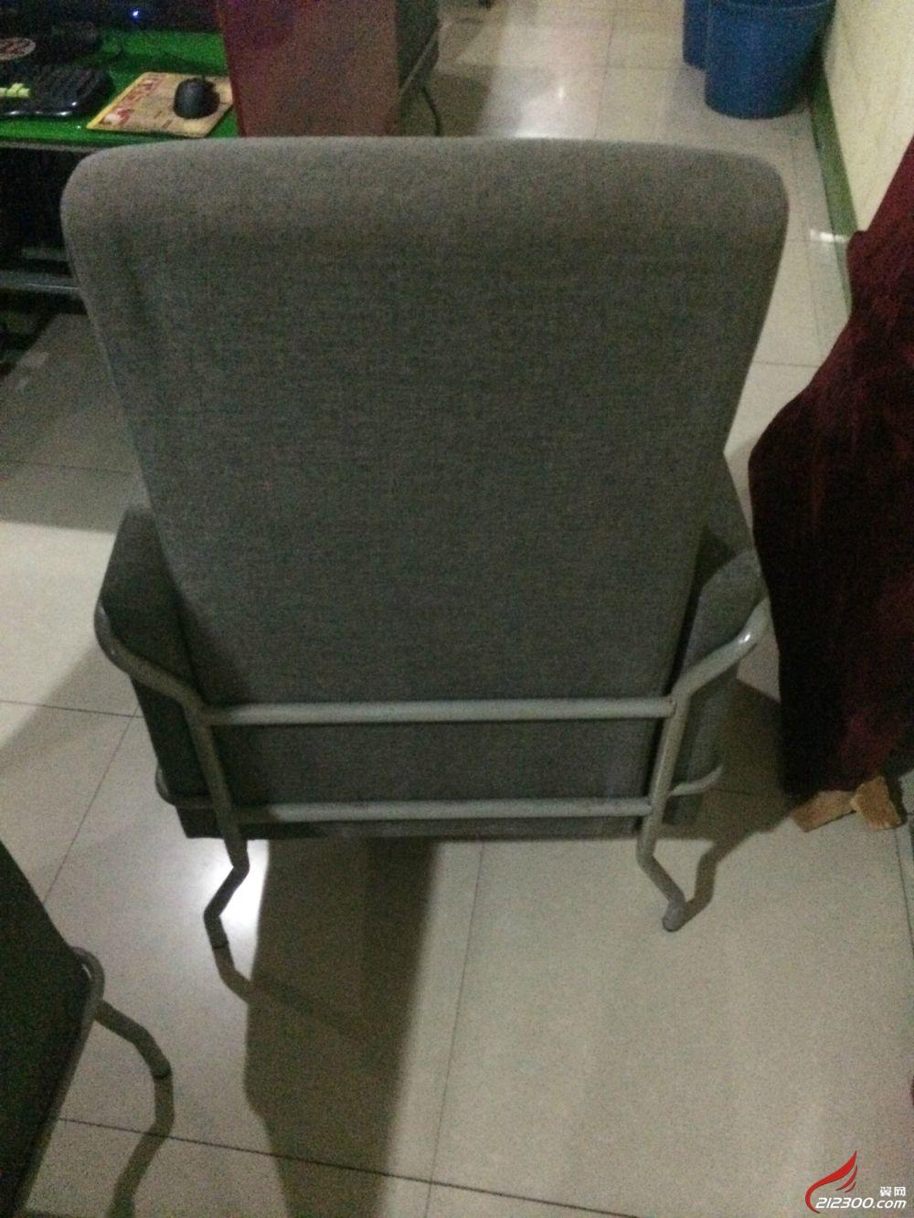 有60多张,因为是网吧椅子有点脏可以洗掉,是布做的,可以