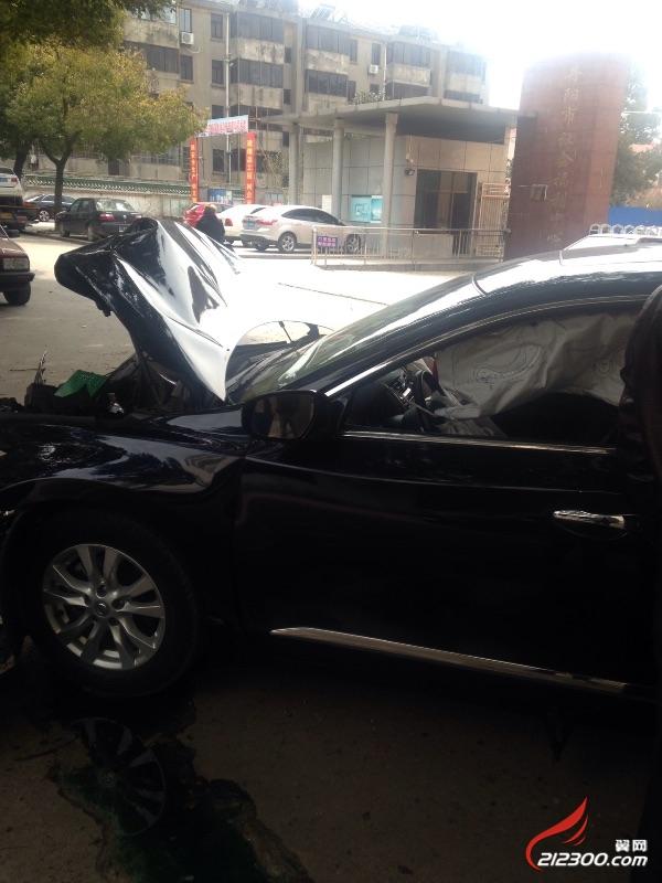 突然店外一声响,发现附近出了车祸.日产天籁不堪一击!树擦高清图片